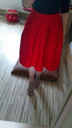 Красная стильная юбка